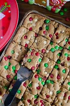 The best and easiest Christmas M&M Cookie Bars that are perfect for your Christmas cookie exchange! These gooey and chocolaty Christmas M&M Cookie Bars are loa Köstliche Desserts, Holiday Baking, Christmas Desserts, Christmas Cookie Recipes, Holiday Cookies, Holiday Treats, Holiday Recipes, Christmas Snacks, Christmas Cooking