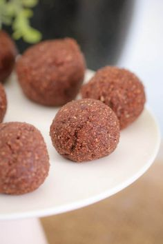 These Chocolate Mint Bliss Balls are the perfect healthy and guilt-free treat! Just 10 minutes prep time, freezer-friendly. and totally delicious! Thermomix Desserts, Easy Desserts, Delicious Desserts, Yummy Food, Healthy Chocolate, Mint Chocolate, Lunch Box Recipes, Dinner Recipes, Bliss Balls