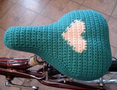 This seat cover was originally designed for an appearance on Uncommon Threads, but was never seen b/c the project was cut from the lineup. I'm offering it for free (personal use) at Crochet Me. Crochet Velo, Crochet Diy, Crochet Home, Love Crochet, Crochet Gifts, Yarn Bombing, Pimp Your Bike, Crochet Projects, Sewing Projects