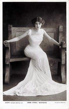 Miss Ethel Warwick (Vintage-Fotografie) - Stepping Back in Time - Fotoshooting Belle Epoque, Glamour Vintage, Vintage Beauty, Vintage Glamour Photography, La Fille Gibson, Edwardian Fashion, Vintage Fashion, Fashion 1920s, Style Édouardien