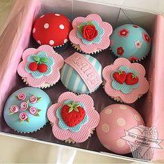 Cupcakes lindos, de moranguinhos e flores, por @trulymadlysweetlycupcakes  #kikidsparty