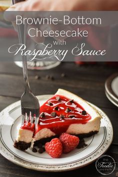 This healthy, 21 Day Fix Brownie-Bottom Cheesecake with Raspberry Sauce is the perfect make-ahead dessert for your holiday dinner or special occasion! #holiday #21dayfix #healthy #healthydessert #healthytreat #21dayfix #ww #weightwatchers #christmas #valentinesday #thanksgiving #healthyholiday #dessert 21 Day Fix Desserts, 21 Day Fix Snacks, Make Ahead Desserts, Easy Desserts, Healthy Treats, Healthy Desserts, Healthy Eating, Healthy Recipes, Sweets Recipes