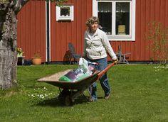 Nurmikko lannoitetaan ja kalkitaan kevättöiden yhteydessä.