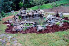 estanque de jardín con rocas