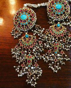 Long earrings with precious stones like firoza and pearls India Jewelry, Jewelery, Silver Jewelry, Pakistani Jewelry, Indian Earrings, Jewelry Patterns, Glamour, Wedding Jewelry, Wedding Wear
