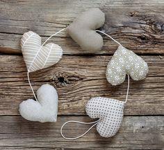 Ręcznie wykonana girlanda w kolorze beżowo-białym, każde z pięciu serc uszyte z innego materiału z zastosowaniem antyalergicznego wypełnienia. Naturalna girlanda pięknie ozdobi wnętrze, wywoła...