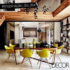 A contemporânea área de jantar possui uma mesa quadrada com estrutura em madeira e é acompanha por oito cadeiras em tom verde. O irreverente lustre completa com charme o décor.