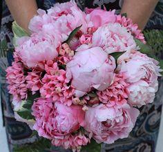 Peonias, una flor siempre de moda y siempre bella. Peonies, a very fashionable and beautiful flower.