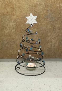 Drátovaný+stromeček+Stromeček+z+černého+žíhaného+drátu+zdobený+skleněnými+korálky+a+voskovanými+perličkami.+Na+špičce+je+krásná+keramická+hvězda+od+mayag.+Výška+26cm,průměr+základny+14cm.+Skleněný+svícen+součástí+výrobku. Wall Christmas Tree, Xmas Tree, Christmas Holidays, Wire Ornaments, Beaded Christmas Ornaments, Wire Crafts, Holiday Crafts, Bed Spring Crafts, Copper Wire Art