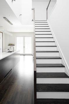 modern ontmoet traditioneel door de combinatie van de donkere vloer, het wit en de lange horizontale lijnen.