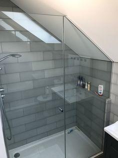 Duschwanne Home Attic Shower Bathroom Interior Design, Home, Small Attic Bathroom, Bathroom Makeover, Shower Room, Tiny Bathrooms, House Interior, Loft Bathroom, Bathroom Decor