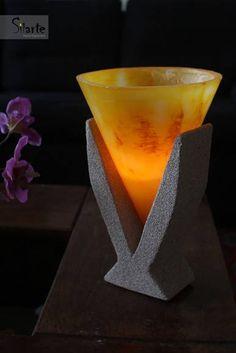 Luminária com vela interna.