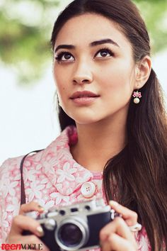 Celeb Diary: Shay Mitchell in Teen Vogue (aprilie Shay Mitchell, Sebastian Kim, Girls With Cameras, Emily Fields, Graduation Makeup, Girl Senior Pictures, Senior Pics, Teen Vogue, Celebs