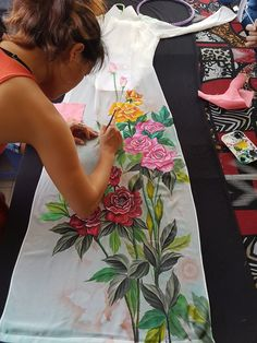 Saree Painting, Dress Painting, Silk Painting, Fabric Painting On Clothes, Painted Clothes, Fabric Art, Embroidery Neck Designs, Hand Embroidery Videos, Hand Painted Sarees