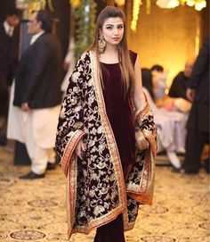 10 Totally LIT Bridal dupatta draping styles you NEED to See! Shadi Dresses, Pakistani Formal Dresses, Pakistani Dress Design, Indian Dresses, Indian Outfits, Pakistani Designers, Indian Clothes, Pakistani Bridal Couture, Pakistani Fashion Party Wear