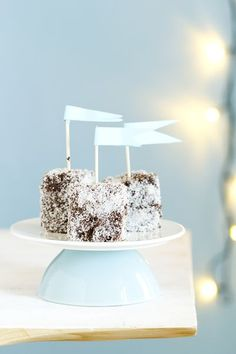 Lamingtons (sponge cake) al cioccolato con scaglie di cocco, Chocolate lamingtons recipe || #lamingtons #cake #torta #cioccolato #spongecake #chocolate #coconut #cocco #ricettadinatale #Christmasrecipe #foodstyling #foodphotography #ricettafacile #ricettaveloce #opsdblog Easy No Bake Desserts, Delicious Desserts, Sweet Desserts, Chocolate Brownies, Chocolate Recipes, Delicious Chocolate, Sweet Recipes, Cake Recipes, Have A Snickers