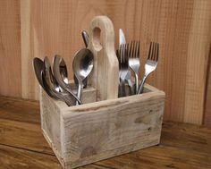 He encontrado este interesante anuncio de Etsy en https://www.etsy.com/es/listing/231277299/rustic-cutlery-caddy-holder-reclaimed