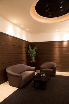 """RESIDENT sofa : """"ラグジュアリーモダン""""がコンセプト。優美なフォルムは見た目だけではなく長時間座っても疲れにくいという機能美も備えています。高級マンションのエントランスやホテルのラウンジスペースに最適なソファです。"""