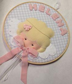 Quadro Maternidade Bastidor Anjinha Felt Diy, Felt Crafts, Diy And Crafts, Felt Wreath, Embroidery Hoop Art, Hanging Wall Art, Baby Decor, Girl Room, Needlepoint
