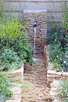 21 Backyard Wall Fountain Ideas to Wow Your Visitors - Josefine - 21 Backyard Wall Fountain Ideas to Wow Your Visitors Modern water feature - © Elke Borkowski/GAP Photos - Modern Water Feature, Small Water Features, Backyard Water Feature, Water Features In The Garden, Garden Features, Diy Water Feature, Indoor Water Fountains, Garden Fountains, Wall Fountains