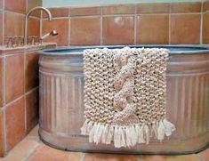 handmade ivory crocheted bath mat draped over over galvanized steel tub Knit Rug, Knit Crochet, Free Crochet, Rug Yarn, Horse Trough Bathtub, Diy Bath Mats, Dyi, Easy Diy, Galvanized Tub