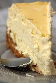 Lemon cheesecake pudding dessert is a no-bake dream! Graham crackers, lemon pudding, cream cheese and whipped topping combine in this layered lemon dessert! Köstliche Desserts, Dessert Recipes, Thermomix Desserts, Food Cakes, Cupcake Cakes, Cupcakes, Savoury Cake, Cheesecake Recipes, Lemon Cheesecake