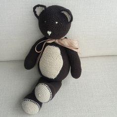 Ursinhos em croche com detalhes em outro cor na barriguinha, orelha e pezinhos. Pode ser encomendado em diversas combinações de cores.