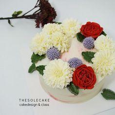 <thesole's flowercake> Buttercreamflowercake :) Dahlia, English Rose.. 다알리아, 잉글리시로즈 그리고 애키놉스! -Made by inyeong #cake#flowercake#buttercreamcake#koreanbuttercream#koreanbuttercreamflowercake#thesolacake#class#privatelesson#dahlia#rose#더쏠케이크#클래스#개인레슨#잉글리시로즈#다알리아#꽃케이크#플라워케이크#버터크림플라워케이크#케이크#수제케이크#웨딩#파티#특별한선물