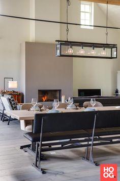 Moderne woonkamer inrichting met eettafel met zitstoelen en bank | eetkamer design | dining room | dining room design ideas | Hoog.design