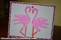Flamands roses avec empreintes de mains