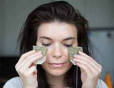 Use cold green tea bags to decrease puffiness under your eyes. The quickest way to de-puffing and tightening your under-eye skin is to apply a cold, caffeine-based product, like two cold green-tea bags, under your eyes for 5 or 6 minutes. Beauty Hacks That Work, Beauty Hacks For Teens, Makeup Tips, Beauty Makeup, Hair Beauty, Makeup Hacks, Makeup Routine, Eyeliner Hacks, Hair Hacks