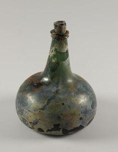 Wijnfles , 1710 - 1730 Groen glas. Ingestoken bodem. Uivormig lichaam met conische hals en glasdraad. Voorwerp afkomstig van de Oostindiëvaarder 'Prinses Maria', in 1668 gezonken bij de Scilly Eilanden.