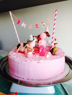 Verjaardagstaart voor Jill haar 2de verjaardag. Af gesmeerd met icing versierd met dieren figuren.