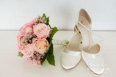 beautiful wedding shoes with wedding flower bouquet with pink roses by © radmila kerl wedding photography munich schöne Hochzeitsschuhe mit Blumenstrauß