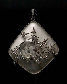 «Ледяное яйцо Нобеля» Платиновое яйцо, украшенное гравированной эмалью в виде заиндевевших узоров. Сюрприз — часы с имитацией ледяных узоров из платины и хрусталя.