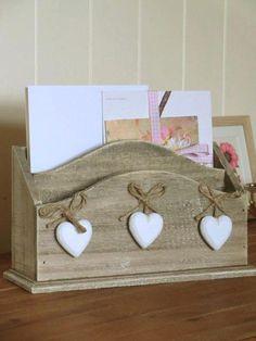 Porta cartas madera con corazones