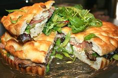 Conoces nuestras deliciosas focaccias???? Las preparamos a la porchetta, vegetales, al salmone...una delicia hecha a mano y preparada en nuestro horno.
