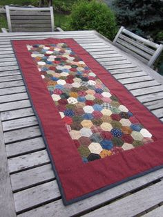 This hexagon table runner is perfect for your country or primitive home. Use it on your kitchen or dining room table for a cozy look. Patchwork Table Runner, Table Runner And Placemats, Table Runner Pattern, Quilted Table Runners, Drunkards Path Quilt, Hexagon Patchwork, Hexagon Quilt, English Paper Piecing, Patch Quilt