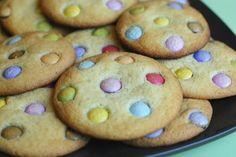 La recette des cookies aux Smarties, rigolo et facile à faire, est parfaite pour les enfants qui aiment cuisiner et décorer les gâteaux.