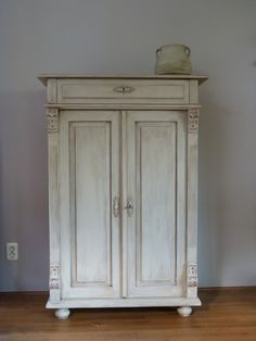 Best Old Furniture Vintage Antiques Annie Sloan Ideas Grey Garden Furniture, Iron Patio Furniture, Dog Furniture, Simple Furniture, Diy Furniture Plans, Vintage Furniture, Painted Furniture, Diy Storage Drawers, Antique French Doors