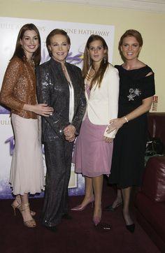 Pin for Later: Wenn Welten aufeinander prallen: Promis begegnen den Royals  Anne Hathaway und Julie Andrews posierten mit Prinzessin Beatrice für Bilder bei einer Premiere im September 2004.
