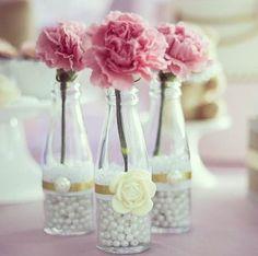 vaso - flores - garrafa -  Diy - Existe algo mais romântico, tradicional e eterno do que pérolas? Elas têm uma versatilidade incrível! Decoração com Pérolas - pearls - faça você mesmo - #decor #decorar #diy #perolas #pearls #home @pitacoseachados