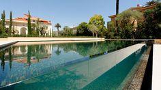 La piscine en verre par l'esprit piscine - 15 x 7,3 m. Font plat de 1,60 m. Photo Michel Perreard. Architecte Luc Svetchine. Architecte paysagiste Jean Mus & Compagnie