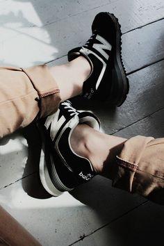 New Balance negros (sin calcetines), un pantalo kakie con consturas en rojo... wo.