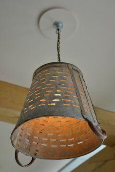 fabriquer une suspension vintage en seau métallique perforée