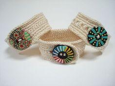 Pulseras de crochet, con botones pintados a mano http://calpearts.blogspot.com.es/p/botones.html