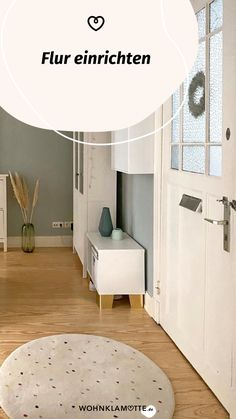 Der erste Eindruck zählt. Geht es aber um den Flur, schenkst Du diesem vielleicht zu wenig Bedeutung. Eine spärliche Garderobe, eine Schuhablage und fertig ist das Willkommenszimmer für Schmutz und Nässe. Das geht auch anders. WOHNKLAMOTTE zeigt Dir, wie Du den Flur optimal nutzt und ansehnlich gestaltest! Home Decor, Huge Closet, Corridor, Seating Areas, Cloakroom Basin, Decoration Home, Room Decor, Home Interior Design, Home Decoration
