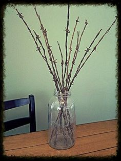 Barbed wire center piece: cut old rusty barbed wire to varying lengths, dip end in paint and place in antique pickle jar or large ball jar. Barbed Wire Decor, Barbed Wire Wreath, Western Crafts, Rustic Crafts, Horseshoe Crafts, Horseshoe Art, Barb Wire Crafts, Rusty Metal, Bizarre
