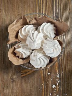 Black and white photography Meringue facile, Meringue frostin. Meringue Roulade, Chocolate Meringue Pie, Raspberry Meringue, Meringue Cookie Recipe, Meringue Pavlova, Meringue Frosting, Meringue Desserts, Chocolate Pies, Icing Recipe