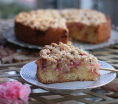 Kage med rabarber og knasende crumble på toppen. Denne rabarberkage er saftig, sød, syrlig og knasende – lyder dejligt, ikk'?